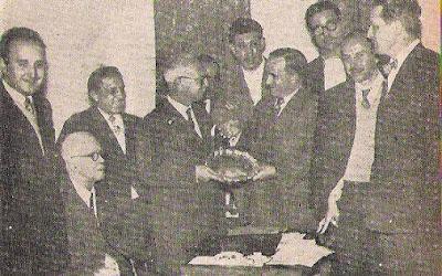 Trófimo Díaz Guadarrama entregando trofeo a Antonio Romero Ríos en el Campeonato de España de Ajedrez 1957