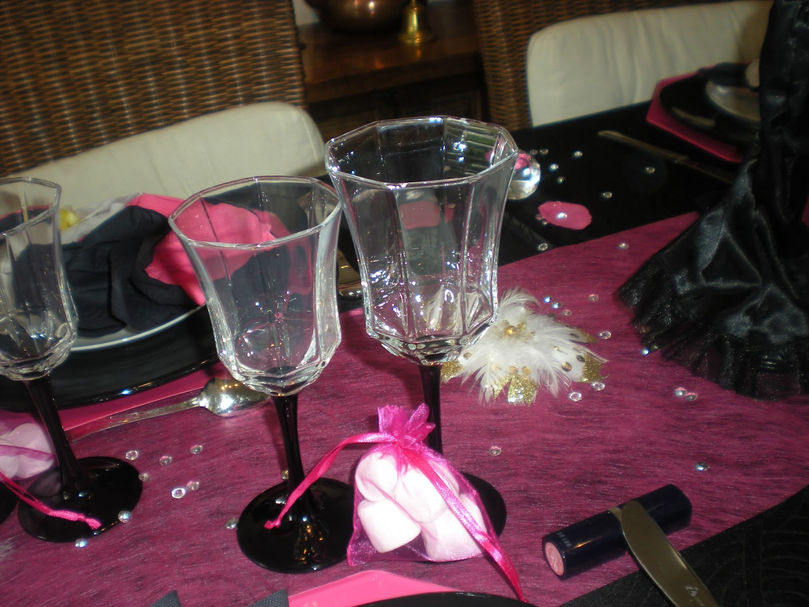 D co th mes d co de table girly en noir et rose fushia for Deco table rose et noir