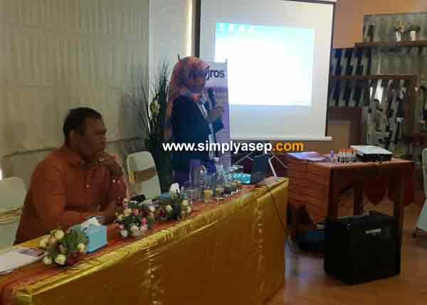Ibu Rudi Maryati SPd saat membawakan materi tentang Milagros di forum IWABA hari senin 23 Nopember 2015 bertempat di Restoran Citra Rasa Jalan Sutan Syahrir Pontianak. Foto Asep Haryono