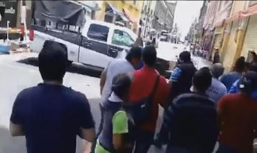 VIDEO: ENFRENTAMIENTO ENTRE POLICIAS ESTATALES Y VENDEDORES AMBULANTES