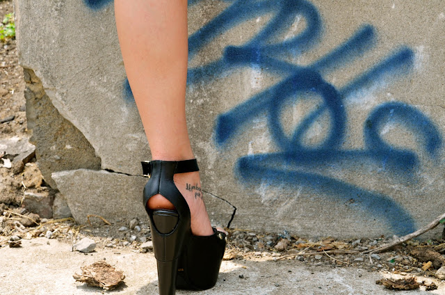 Fashion, Style, Design, Art, Culture, Streets, Street Chic, Street Art, Heels, Black, Legs