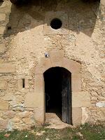 El portal adovellat de la capella de Sant Josep, amb l'òcul sota la teulada que l'hi fa de porxo
