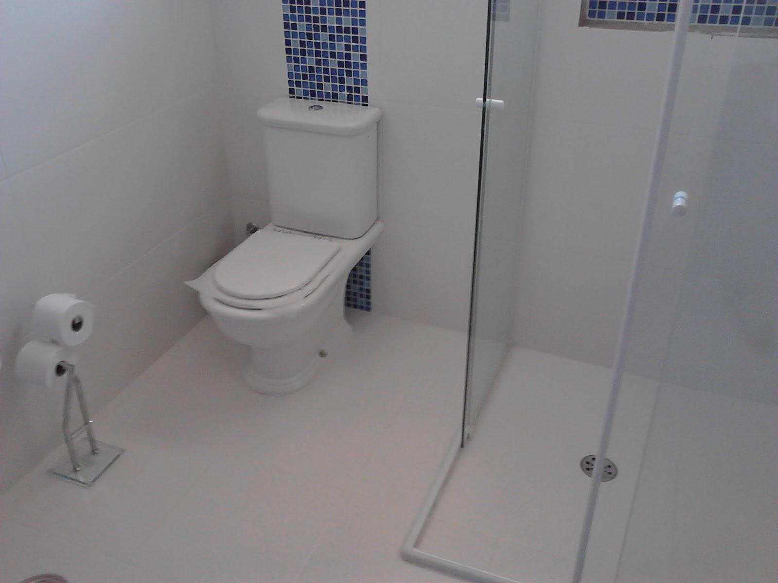 Banheiro Apos reforma com pastilhas azuis #3B4461 1600x1200 Banheiro Branco Com Pastilhas Azuis