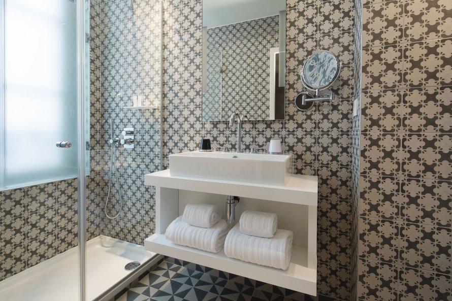 Interior relooking idee per arredare un bagno piccolo for Piccolo 3 4 bagni