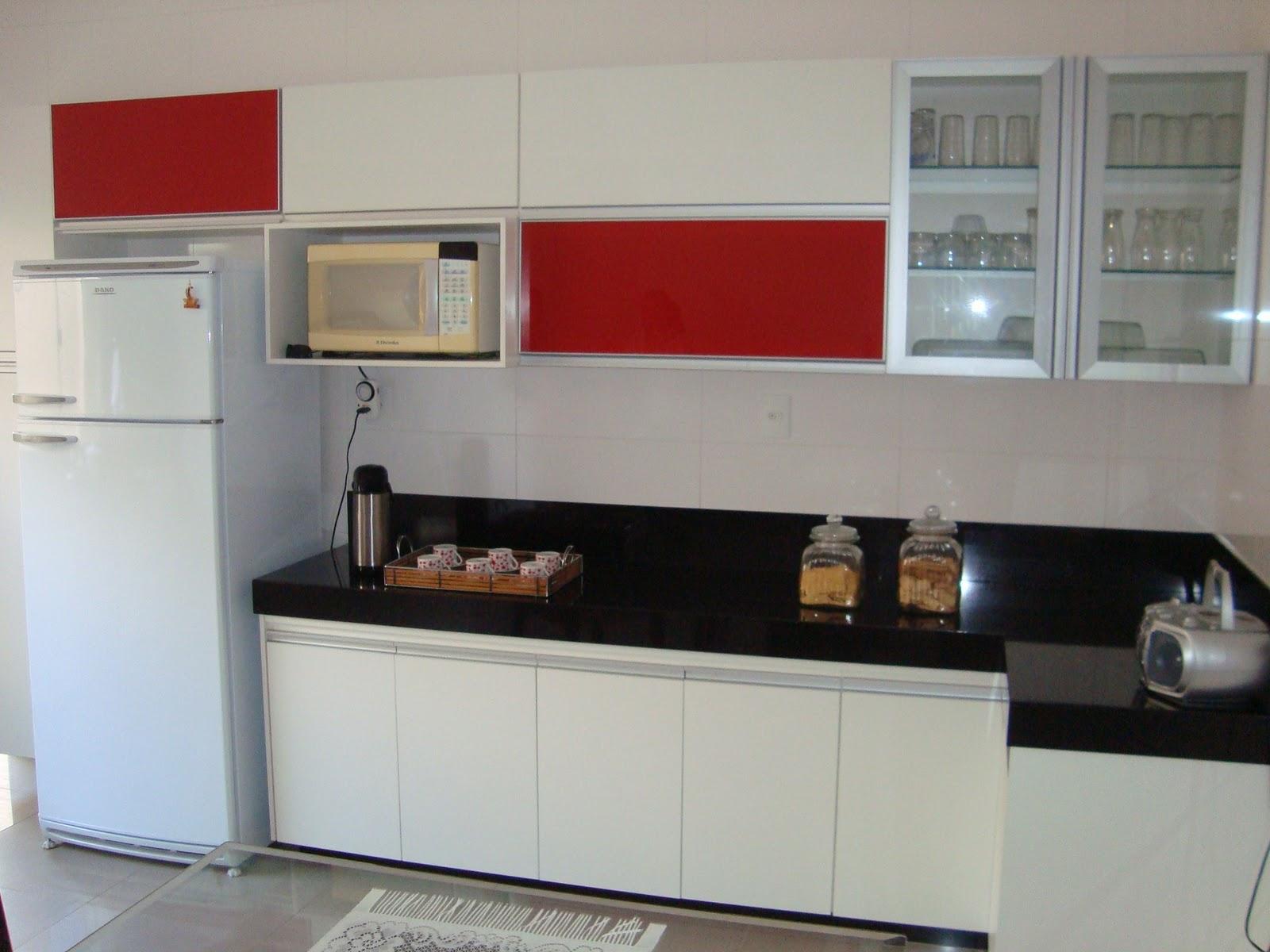 Spazzio Móveis Planejados Cozinha em MDF Branco, Detalhes em Vidro Vermelho # Cozinha Planejada Pequena Com Vermelho