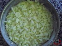 Bizcocho de manzana-añadiendo la manzana
