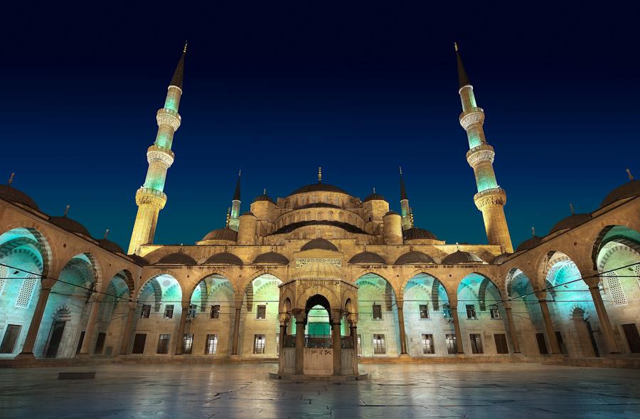 wonderful masjid biru yang indah dan berarsitektur klasik