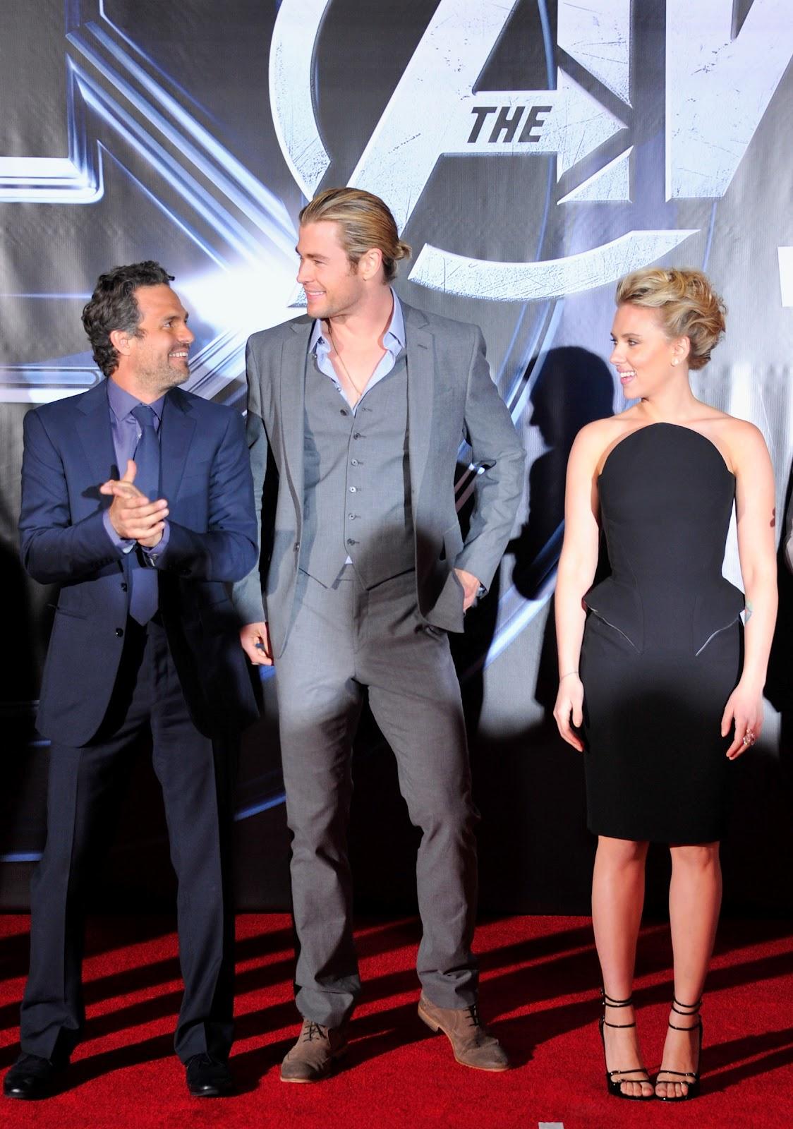 http://3.bp.blogspot.com/-eParOIW6w1w/T4iKkJ8D4BI/AAAAAAAABJY/Bgignp4mKRI/s1600/Avengers+US+Premiere.+Robert+Downey+jr+Chris+Hemsworth+Scarlett+Johansson.JPG