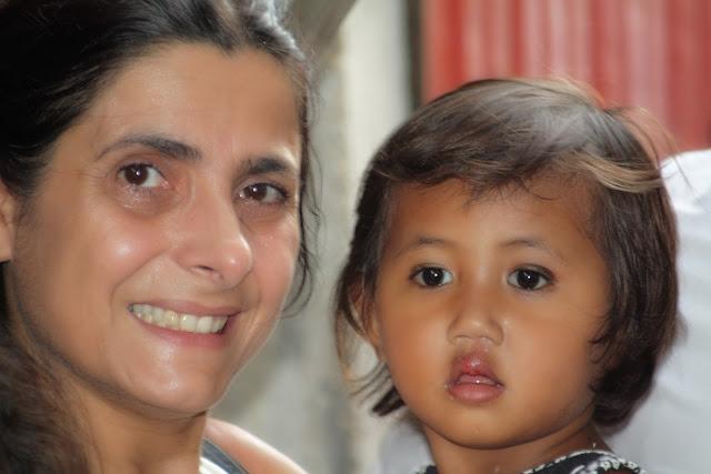 Ermine Norodom et une enfant du bidonville. Photo KiamProd
