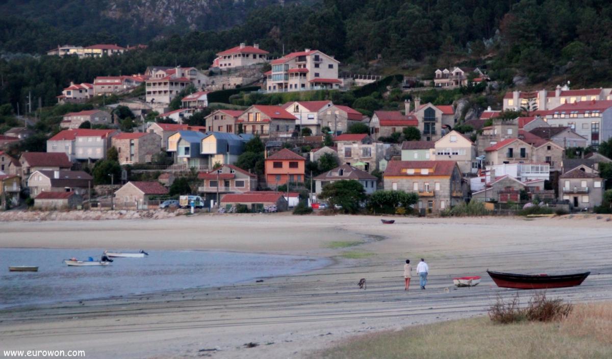 Pareja paseando por una playa de las Rías Bajas de Galicia