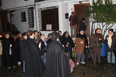 Vecinos de Mogarraz acompañan a la moza de ánimas