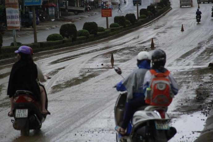 """Gia Lai: Đường thành """"ruộng"""" vì xe tải chở đất từ sân bay Pleiku"""
