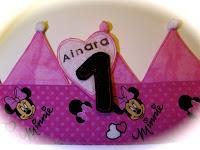 detall Corona d'aniversari Minnie feta a mà - Enfilades.cat