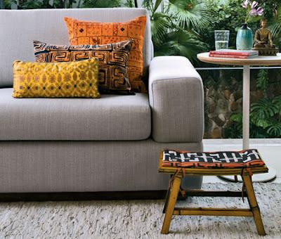 almofadas com tema afro em sofá cinza