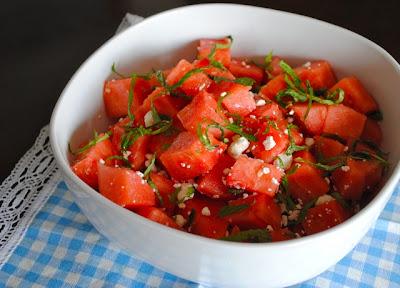 Салат из арбуза с козьим сыром и мятой