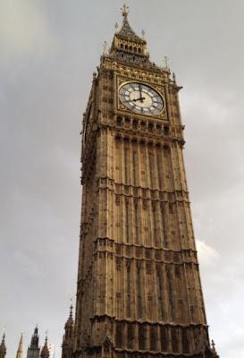 """En la torre del reloj está ubicada la famosa campana, fundada en el año 1856, y llamada popularmente """"Big Ben"""" por el nombre del superintendente del comité de los trabajos, sir Benjamin Hall."""