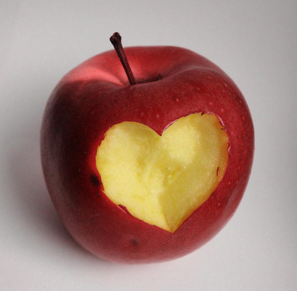 Corazón en una manzana