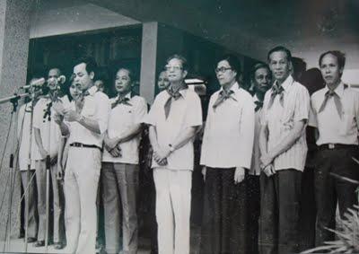 Đ/c Trần Vĩ - Chủ tịch UBND thành phố Hà Nội và Đ/c Lưu Minh Trị - Bí thư Thành đoàn, trong lễ  khánh thành Trường Đội Lê Duẩn 19-5-1983