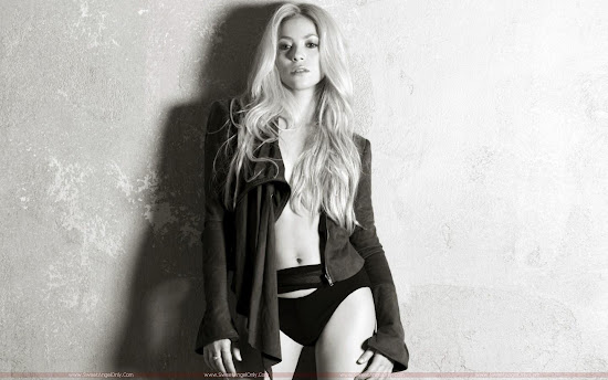 shakira_in_she_wolf_album_1440x900