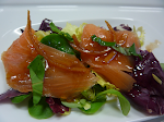 Ensalada de salmón con agridulce de pacharán