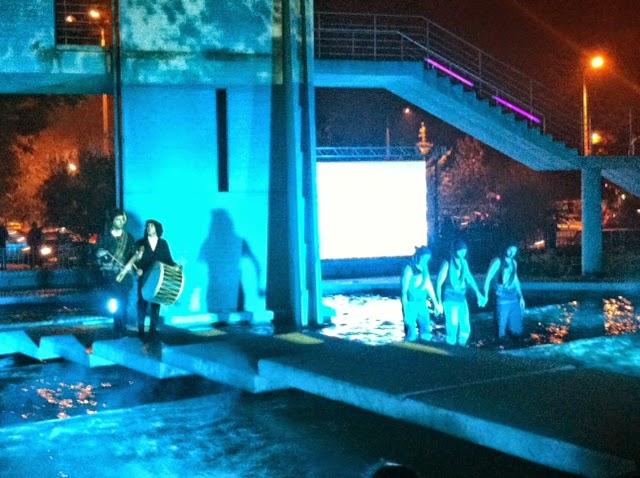 """Χόρεψαν """"Σέρρα"""" μέσα στο συντριβάνι για την τελετή έναρξης του Παγκόσμιου Πρωταθλήματος Παράκτιας Κωπηλασίας"""