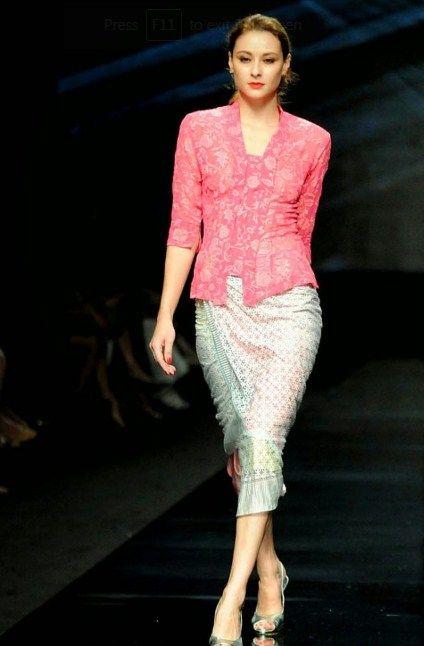 Model Kebaya Wisuda Simpel dan Elegan Terbaik