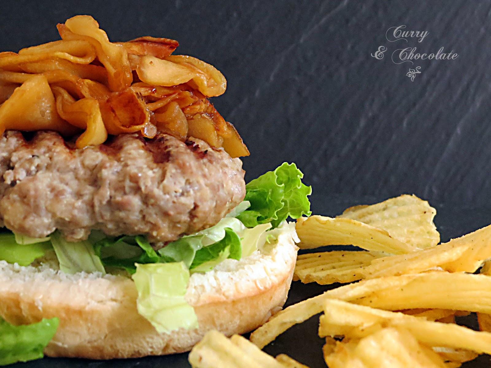 Hamburguesas de ternera con manzana caramelizada y salsa de gorgonzola – Beef burgers with caramelized apple slices and gorgonzola sauce