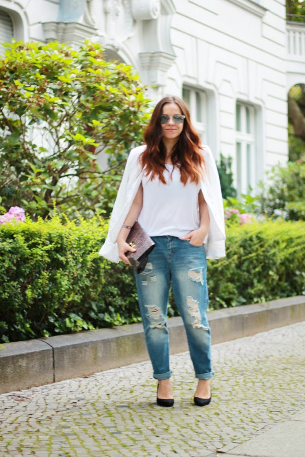 ripped boyfriend jeans, styling, from day to night, ootd, fashion blogger, DE, berlin, all white, birkenstock, simple style, minimalist, less is more, isadora lipstick jelly kiss 51 bare bliss review, douglas, cum purtam boyfriend jeans, how to wear