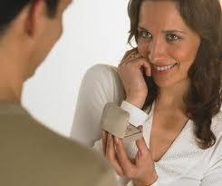 5 أشياء رومانسية عليك اخبار خطيبك بها قبل الزواج - رجل يقدم خاتم خطوبة طلب هدية زواج امرأة - man proposing to woman