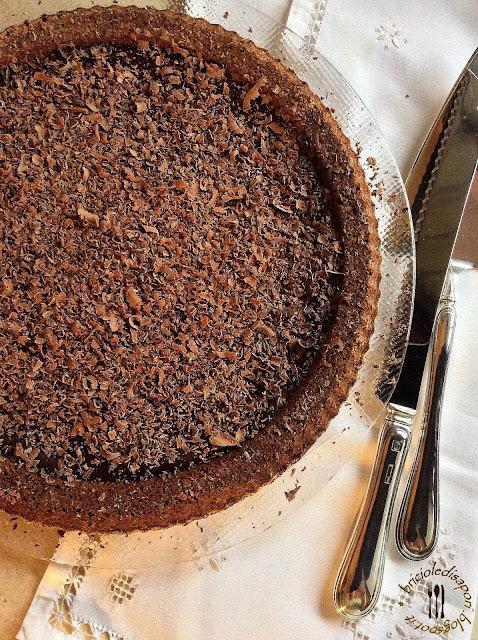 torta al cioccolato con crema e scaglie di cioccolato fondente. per noi è la torta della nonna...