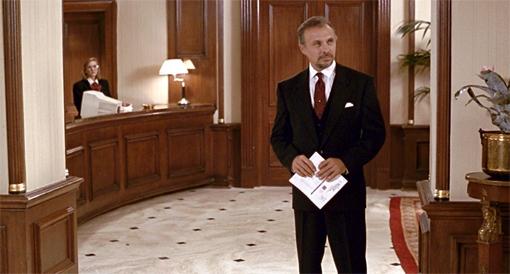 Hector Elizondo en una escena de la película.