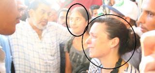 صفوت حجازي يعتدي بالضرب على مصورة كندية على منصة مرسي!