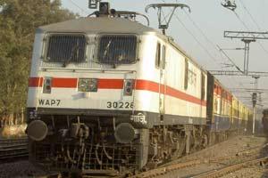 ट्रेनों में फल फूल रहा अवैध  वसूली का धंधा