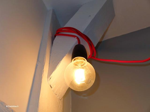 Lampe grosse ampule déco fil électrique rouge