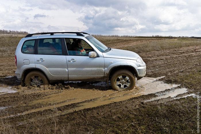 Месим грязь на размокших дорогах