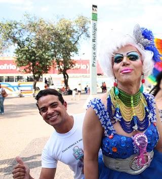 Fabinho Dias e Allice Bombom na praça do Relógio