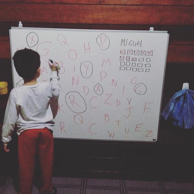 Foto do meu filho brincando de aprender o alfabeto.