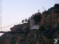 Pont de Sidi M'cid, une geante fleur d'agave, et au loin la statue du monument aux morts - Constantine