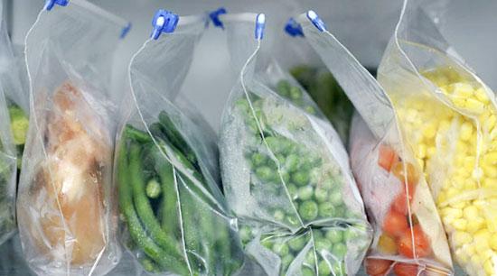 Các loại thực phẩm khác nhau cần được để trong túi riêng. Ảnh: epicurious.