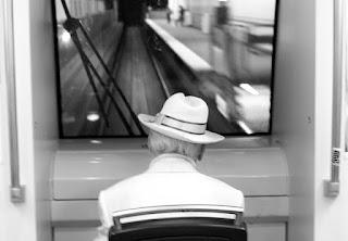 poželjiv pogled starca │ na zadnji postaji │ nekoč je bil lep