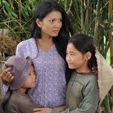 Câu chuyện xoay quanh cuộc đời của ba chị em: Oanh, Yến, Hằng từ nhỏ đến khi trưởng thành. Ba chị em là con của ông Nhật và bà Nhàn, tuổi thơ của họ gắn liền với miền quê sông nước.Bà Nhàn (Kiều...