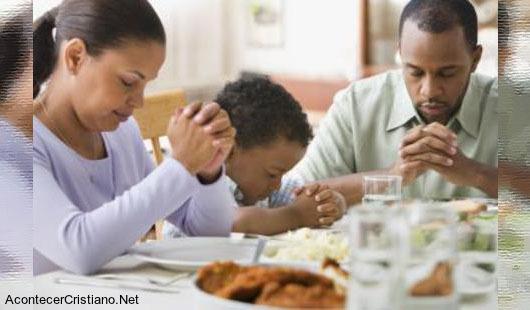 Familia orando antes de comer