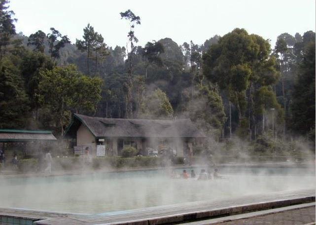 """<img src=""""http://3.bp.blogspot.com/-eXcxccQZC4s/VIlbIRKETtI/AAAAAAAAADc/7S5iwzNH024/s1600/wisata-bandung-selatan-pemandian-air-panas-cimanggu.jpg"""" alt=""""Pemandian Air Panas Cimanggu""""/>"""