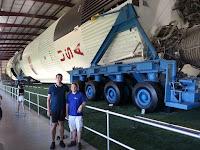 In spate, una din rachetele Saturn 5, reconditionata si desfacuta in trepte.
