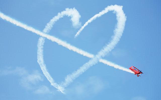 Liefdes foto met vliegtuig en liefdes hartje in de lucht
