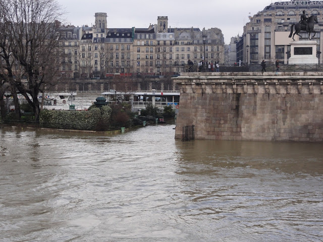 """Square du vert galant"" and a flood"