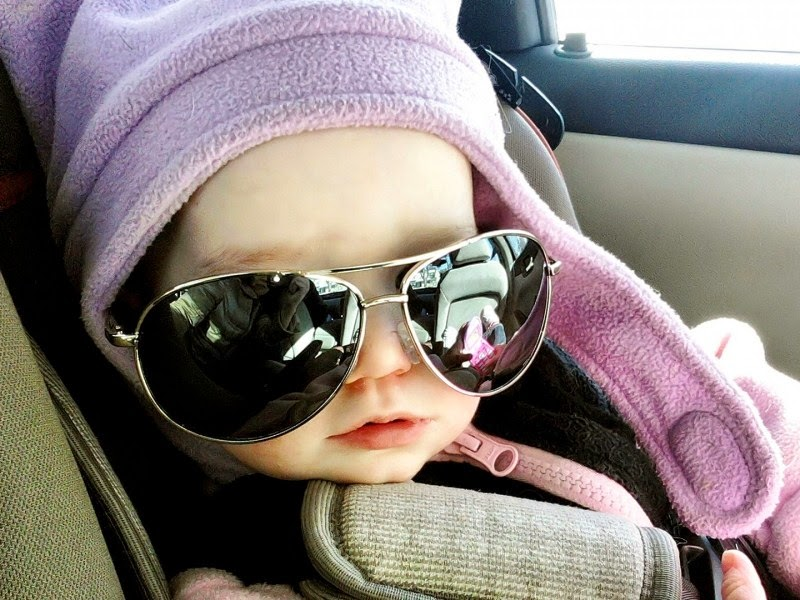 Foto bayi lucu memakai kacamata