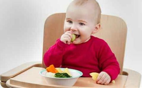 Hal Yang Perlu Diperhatikan, Saat Bayi Belajar Makan Sendiri