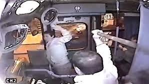 Bandido foi roubar onibus e apanhou do motorista até chorar