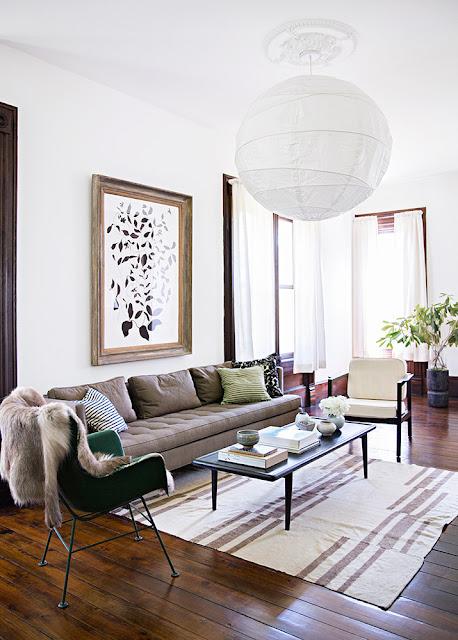 Dunkles Holz, Weiß und Blau in der Einrichtung oder wie vintage modern wird: Sofa und Sessel in modernem Mid-Century Design